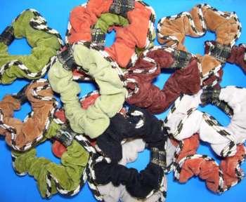 Unzählige Haarbänder, sogenannte Crunchies, liegen auf einem Tisch.