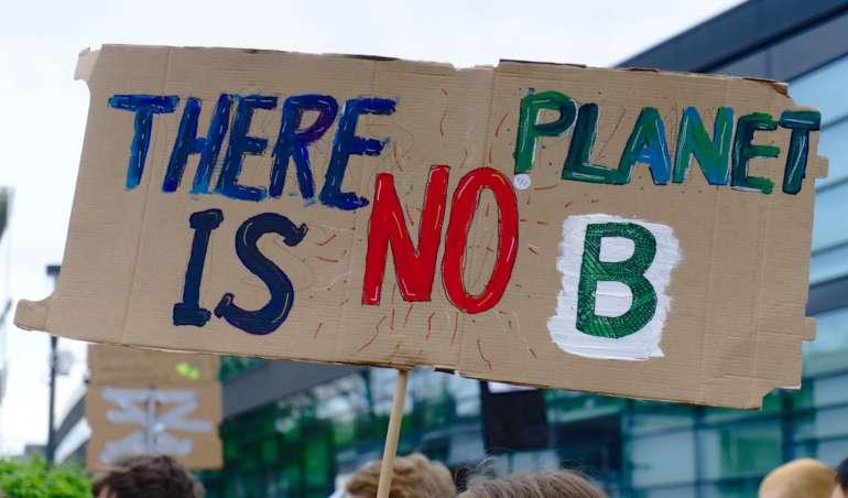 """Ein Plakat mit der Aufschrift """"There is no Planet B"""" wird auf einer Fridays-for-Future-Demonstration hochgehalten"""