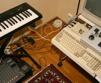 Ein unprofessionelles Hobbystudio mit einem Keyboard und einem Mischpult