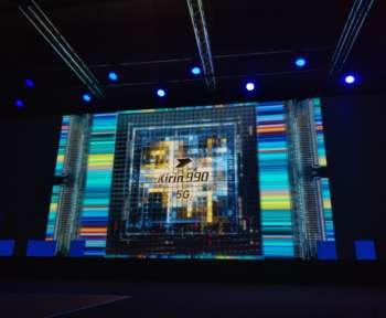 Auf einer großen Leinwand ist ein Bild des neuen 5G-Moduls von Huawei mit graphischen Verzierungen zu sehen