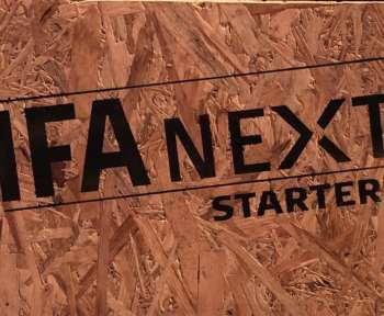 """Eine Holztafel mit der Aufschrift """"IFA NEXT STARTERS"""""""