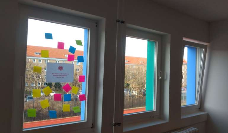 Ein Fenster mit Post-its