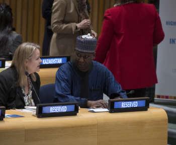 Zwei Representant*innen der Vereinten Nationen unterhalten sich im Plenarsaal