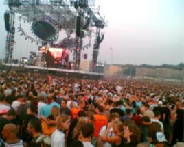 Eine kreischende Menschenmenge hüpft vor der Bühne auf und ab