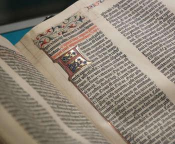 Eine alte Bibel ist als Symbolbild zu sehen