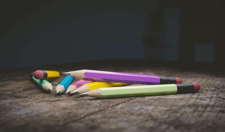 Bleistifte liegen verlassen auf einem Tisch