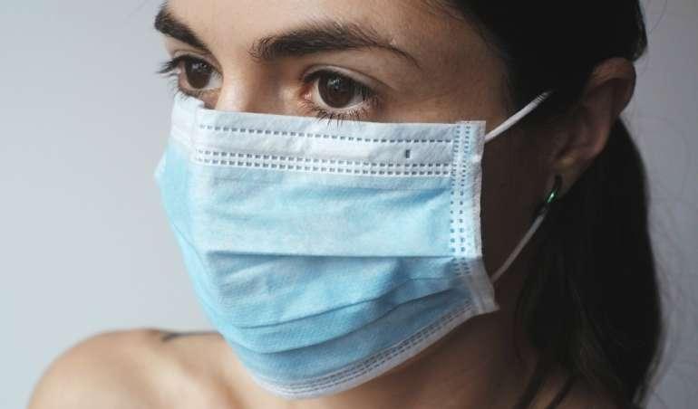 Eine Frau mit einer Atemschutzmaske zum Schutz vor dem Coronavirus