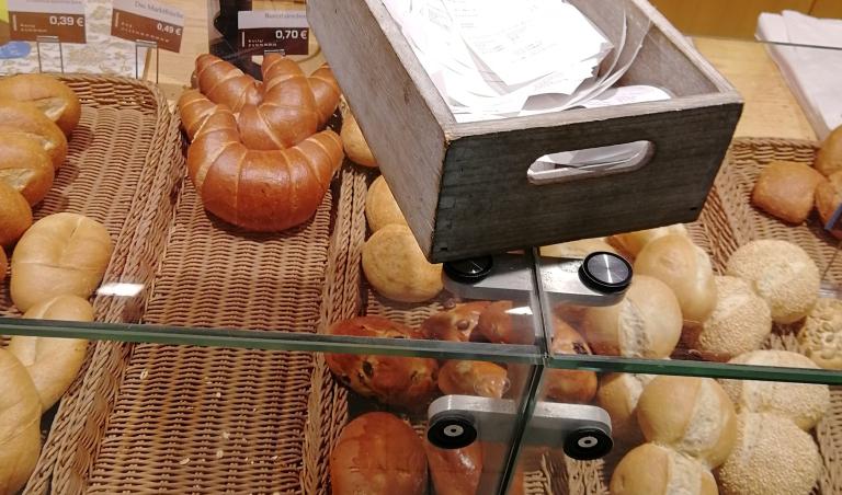 Auf dem Tresen eines Bäckers liegt eine Kiste mit leeren Kassenbons