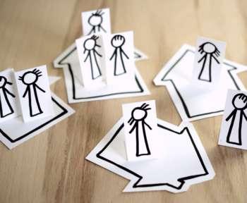 Symbolbild: Menschen sollen auseinander gehen