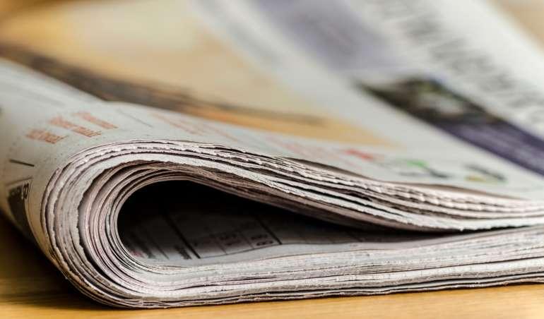 Symbolbild: Eine Zeitung liegt auf einem Tisch.