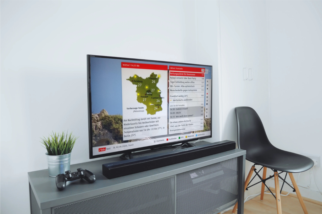 Ein Fernseher zeigt den HbbTV-Teletext des rbb.