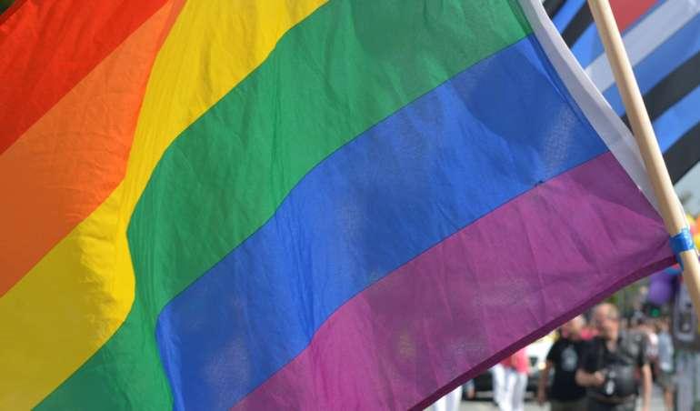 Eine Regenbogenflagge