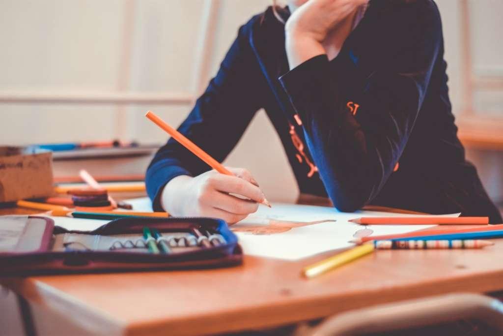 Ein Schüler arbeitet sehr unmotiviert und lustlos