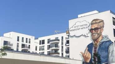Ein Gemälde an einer Hauswand, das für die Europacity wirbt.