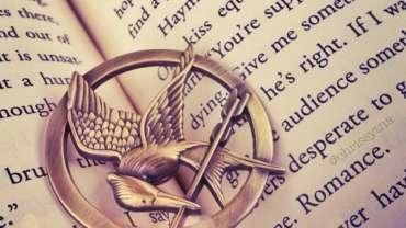 Tribute von Panem: Emblem liegt in einem Buch