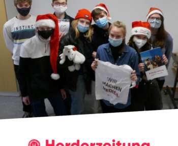 Redaktion der Herderzeitung mit Weihnachtsmützen