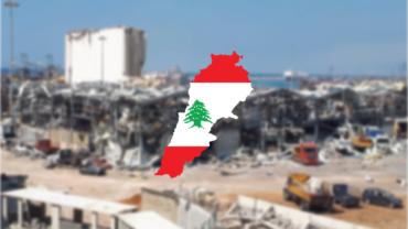 Der zerstörte Hafen und davor die Flagge des Libanon