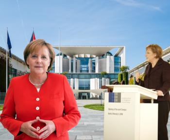 Eine junge und eine alte Angela Merkel stehen vor einem Regierungsgebäude