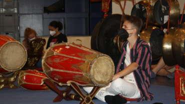 Schüler spielt ein indonesisches Musikinstrumente