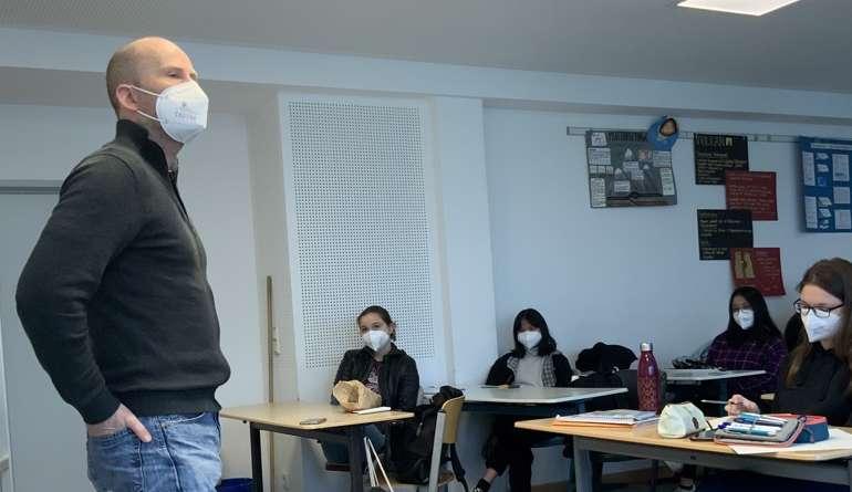 Kai Biermann steht im Klassenraum