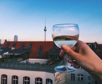 Sommerliches Symbolbild mit Berliner Fernsehturm